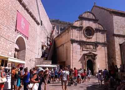 観光客がたくさんいる旧市街