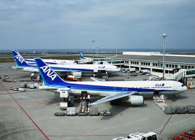 那覇空港に駐機するANAの機体