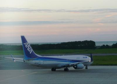 新潟空港のターミナルから飛行機を撮る