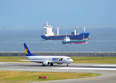 神戸港のそばを飛行機が発着する空港
