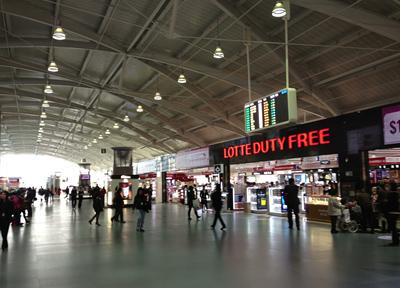 韓国・釜山の金海国際空港出発ロビー