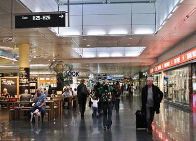 ミュンヘン国際空港のターミナルに並ぶショップ