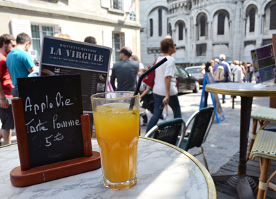 フランス・パリ モンマルトルのカフェにて