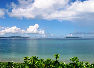 沖縄の美しい青い海