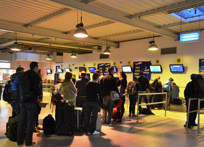 ライアンエアのチェックインで並ぶ乗客