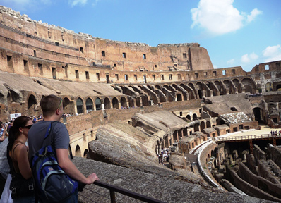 コロッセオの内部からアリーナ跡を眺める