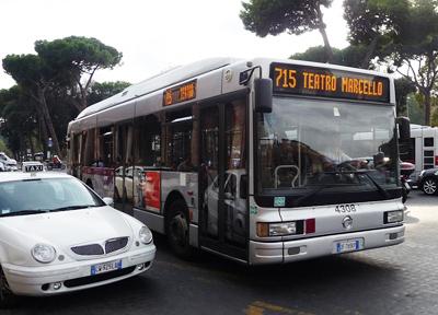 ローマ市内を走る路線バス