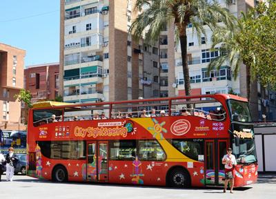 マラガを走る観光客向けの2階建てバス