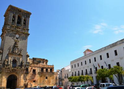 カピルド広場にあるサンタ・マリア教会(右)とパラドール(左)