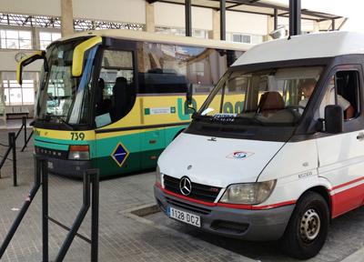 アルコス・デ・ラ・フロンテーラのミニバス(手前)