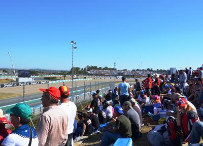 MotoGPスペインGPを観戦するファン