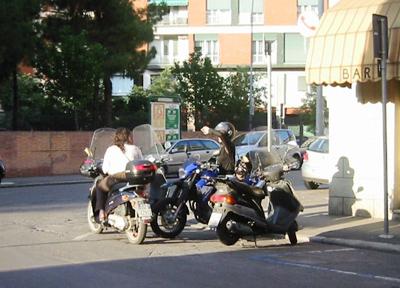 イタリア・ボローニャの街で見かけた女性ライダー