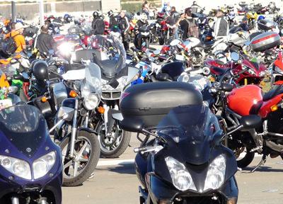 たくさんのバイクが並ぶ駐輪場(オランダにて撮影)