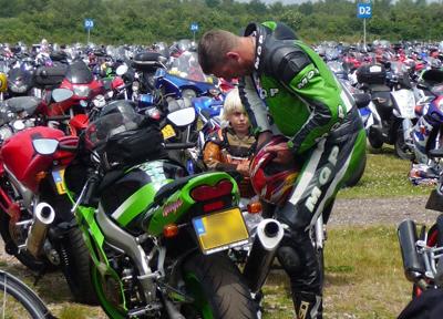 親子がバイクでタンデムする姿も(オランダにて撮影)