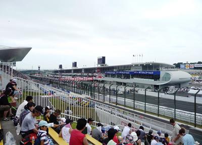 鈴鹿サーキットにてスタンドからホームストレートを望む