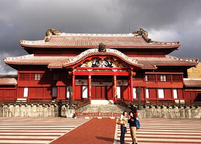 観光スポットで有名な「首里城正殿」
