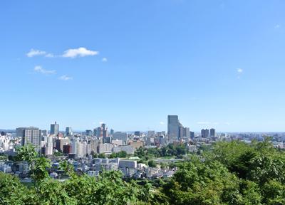 仙台城址から仙台市内を一望する