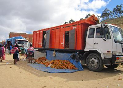 トラックごと屋台にしてしまったオレンジ売り