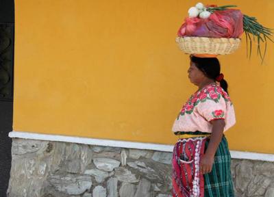 女性はカラフルでユニークな民族衣装を着ている