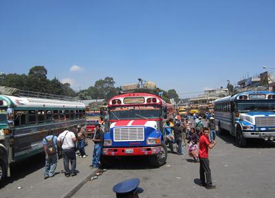 チキンバスと呼ばれる乗り合いバス
