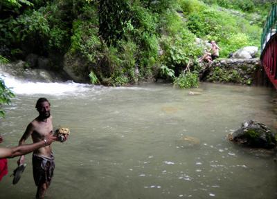 ラクシュマン・ジューラーから歩いていける滝